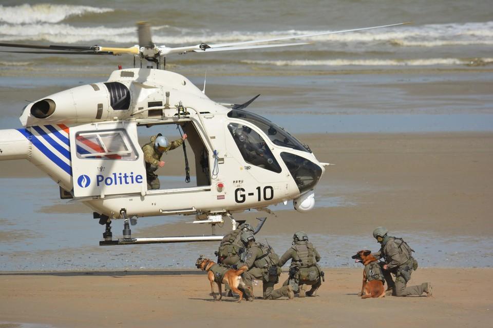Er waren onder meer spectaculaire demonstraties op het strand, onder andere met de RAGO politiehelikopter en de death ride.