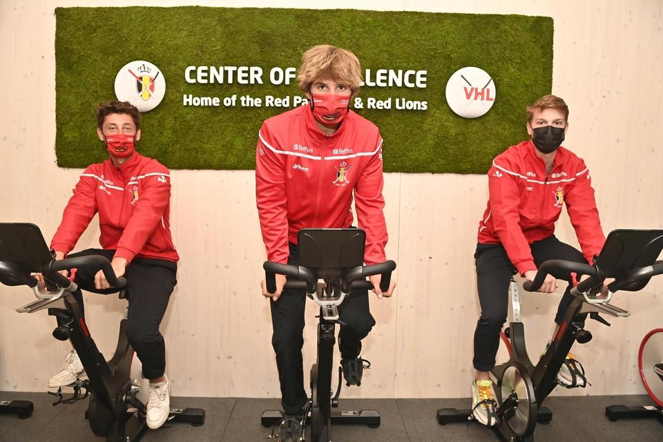 Enkele Lions testen de fitness ruimte in hun nieuwe thuisbasis.
