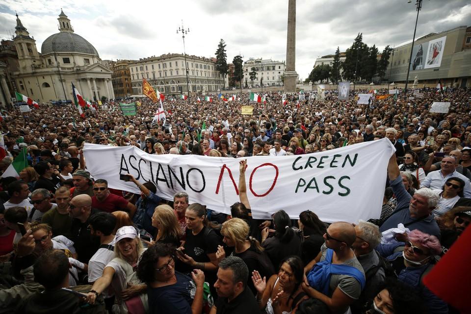 La protesta contro il Green Pass, la versione italiana del Corona Pass, è presto diventata violenta