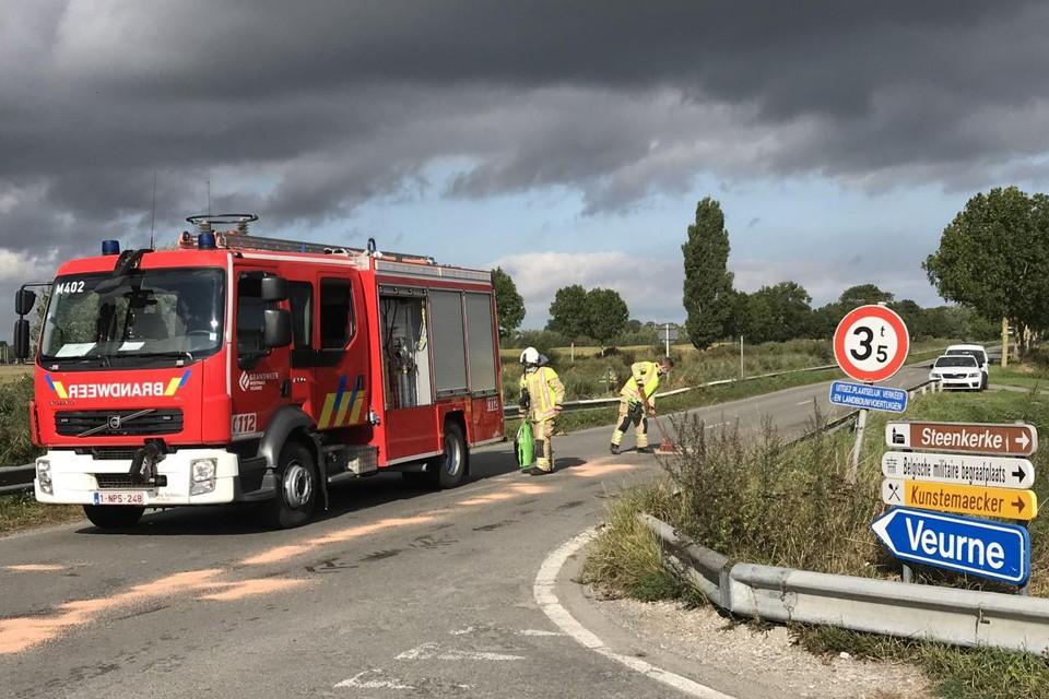 Na het ongeval moest de brandweer het oliespoor opruimen.