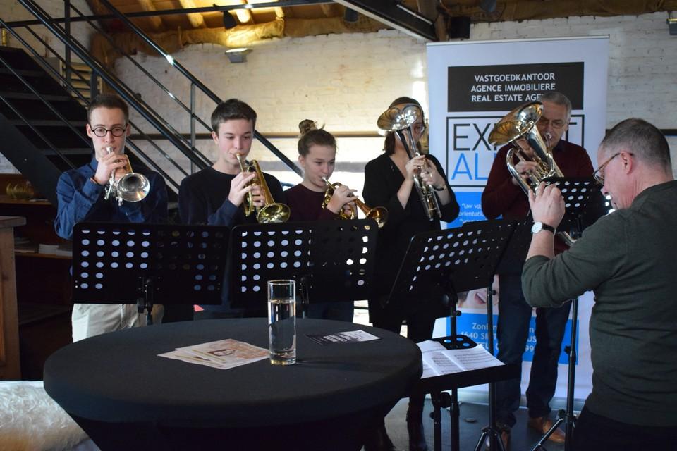 De jeugd van de Brassband Alsemberg zorgde voor enkele fel gesmaakte muzikale intermezzo's