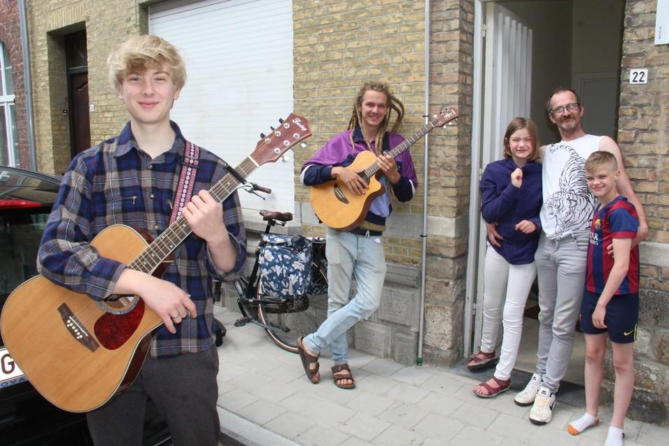Sasha (13) en haar familie waren een van de eerste gezinnen voor wie Robin en Wannes een concertje speelden.