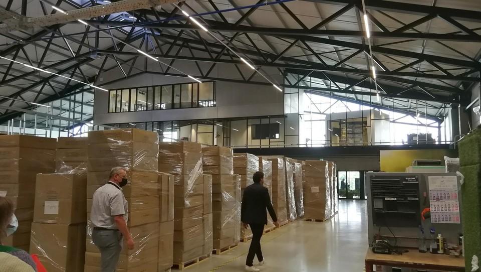 Ook tussen de kantoren en de productieruimte zit een enorme glazen wand.
