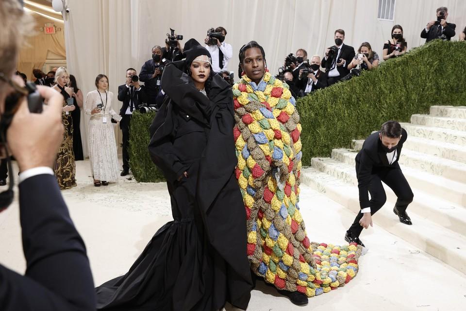 Zangeres-onderneemster Rihanna en rapper A$AP Rocky. De twee werden tot koningin en koning van het Met Gala gekroond door .