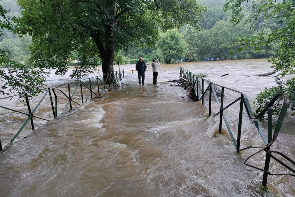 In een mum van tijd trad het riviertje uit haar oevers en zette de kampplaats onder water.