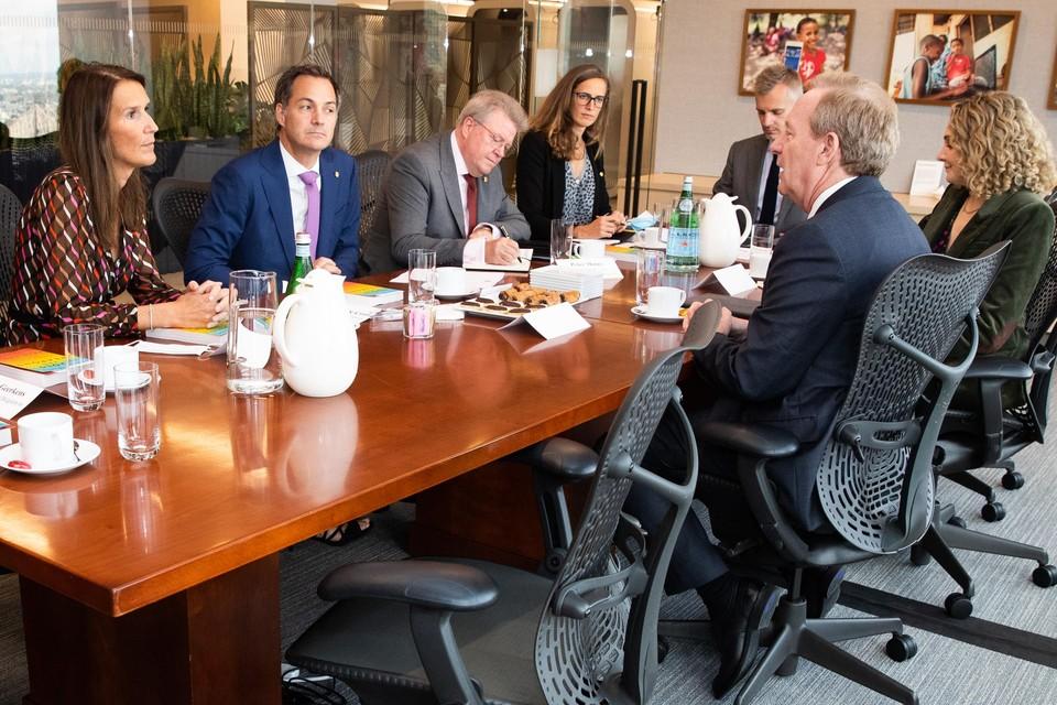 Ook buitenlandminister Sophie Wilmès (links, naast De Croo) nam deel aan het gesprek met Microsoft-topman Brad Smith (rechts).