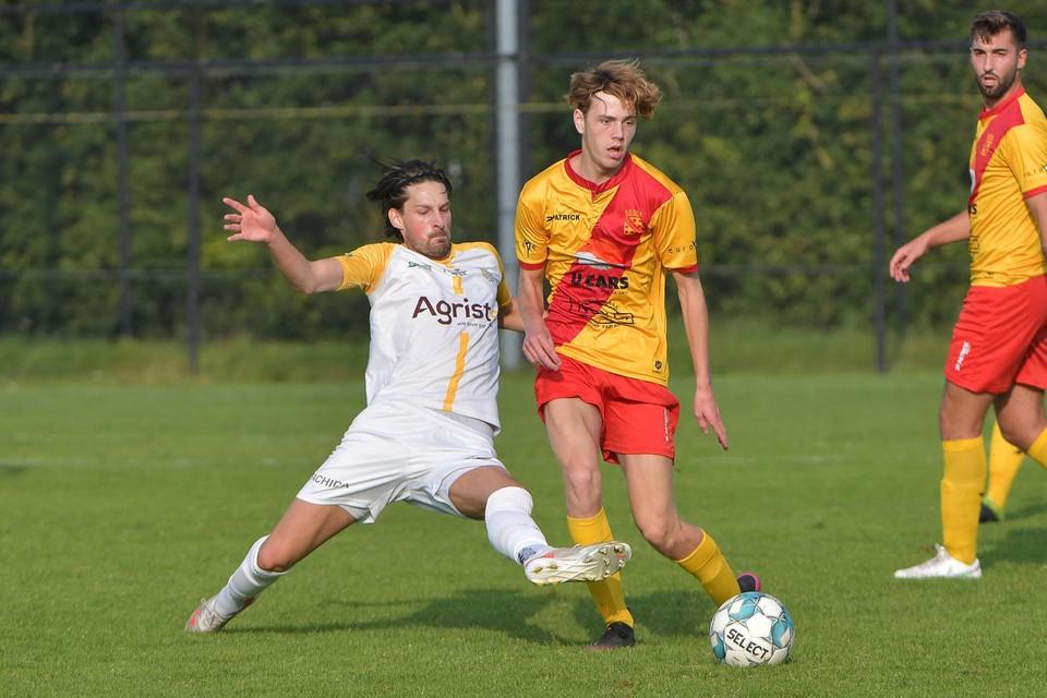 Eendracht Wervik - SC Wielsbeke: tackle van Jari Dejaegere op de jonge Bara Noa, die een goede indruk maakte op T1 Jakob Crombez.