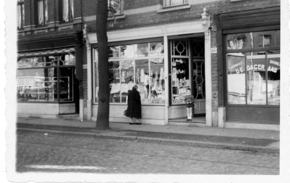 De winkel in de jaren vijftig van vorige eeuw. Links bakker Lemmens en rechts droogkuis De Dageraad. In het portaal de jonge Gerhard.