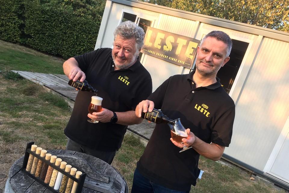Wim Van Daele (rechts) en Wim Van den Donck schenken een Antwerps blondje uit aan hun microbrouwerij.