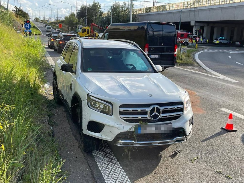 De bestuurder heeft de witte Mercedes met Duitse nummerplaat achtergelaten en is op de vlucht geslagen.