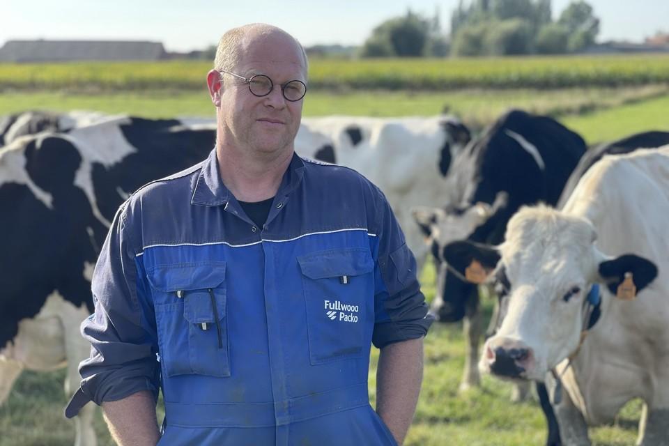 Philip Fleurbaey bij zijn melkkoeien van de Ieperse Hoeve Zuid-Bellegoed.