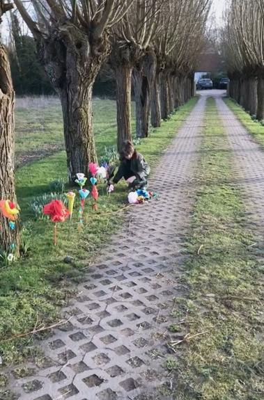 Ondertussen wordt zijn oprijlaan vol met papieren bloemen gezet door kinderen, een beetje het symbool van de kust.