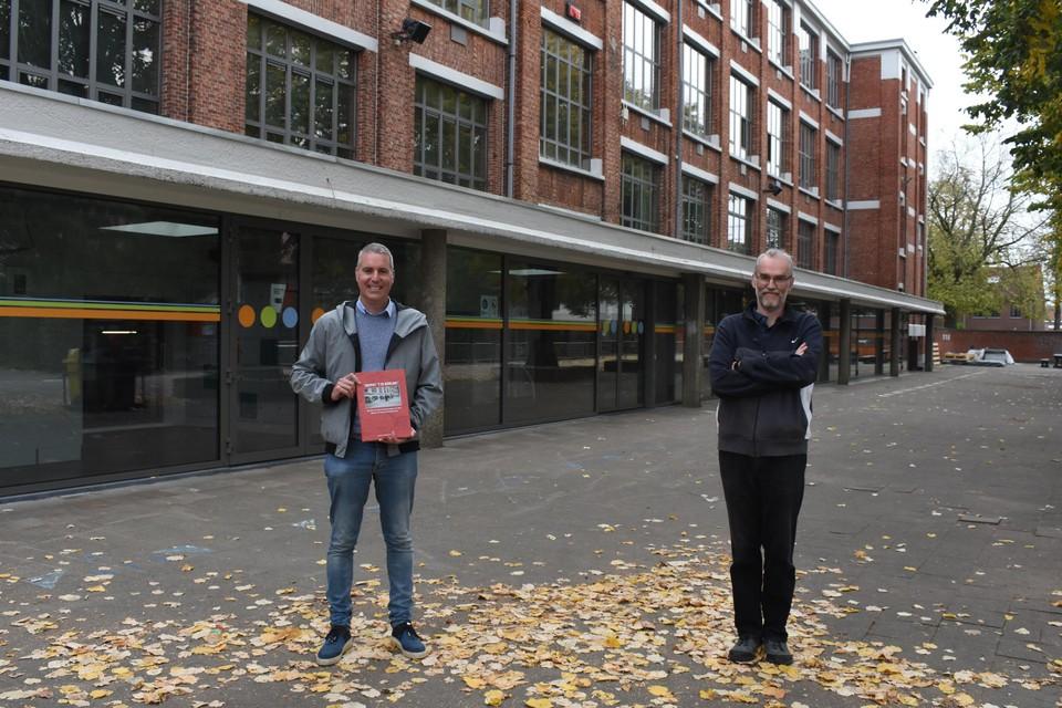 Auteurs Steven Gorts en Carl Rijmen op de speelplaats van het Sint-Jan Berchmanscollege.