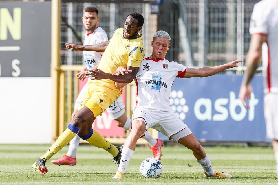 Théo Gécé, hier in duel met Mory Konate (l) van Sint-Truiden, is één van de jongeren die trainer Euvrard al kon bekoren.