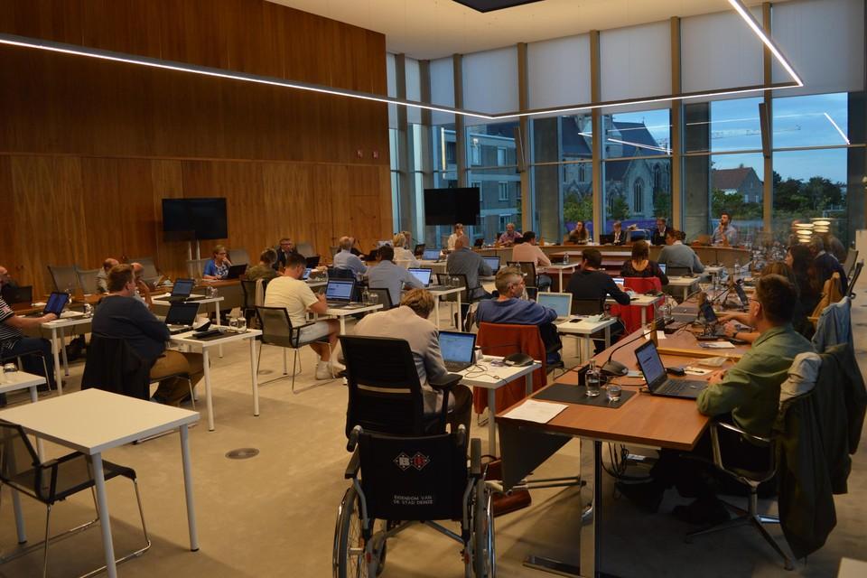 De eerste fysieke gemeenteraad in een jaar tijd in Deinze. En die begon meteen met een stevige discussie.