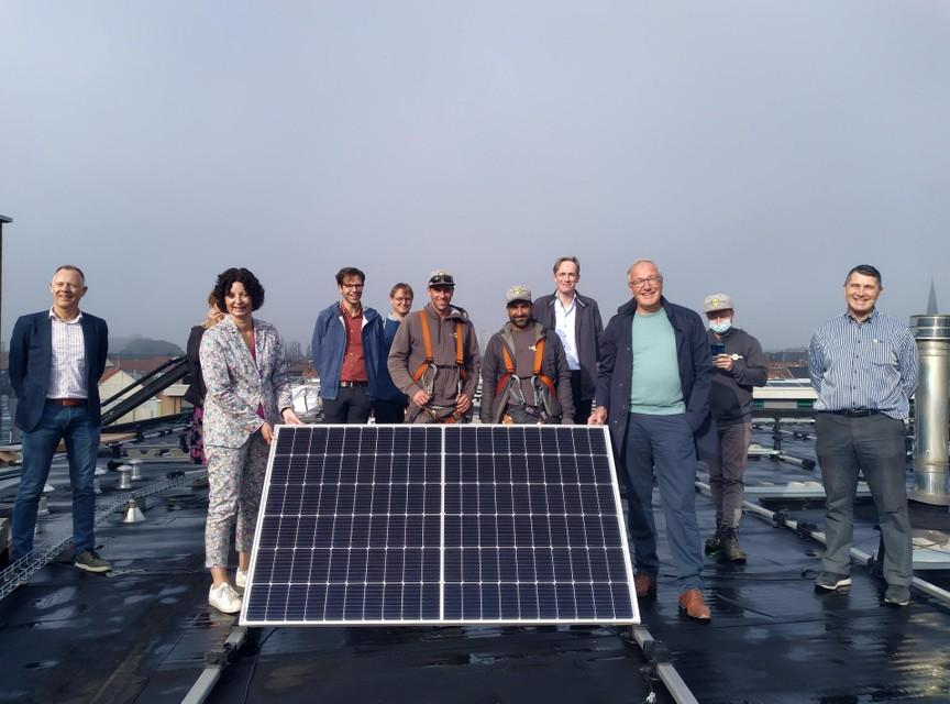 De zonnepanelen werden vrijdag geïnspecteerd door schepenen Annelies Storms en Rudy Coddens.