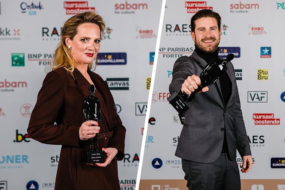 Maaike Cafmeyer en Kevin Janssens tonen hun prijzen.