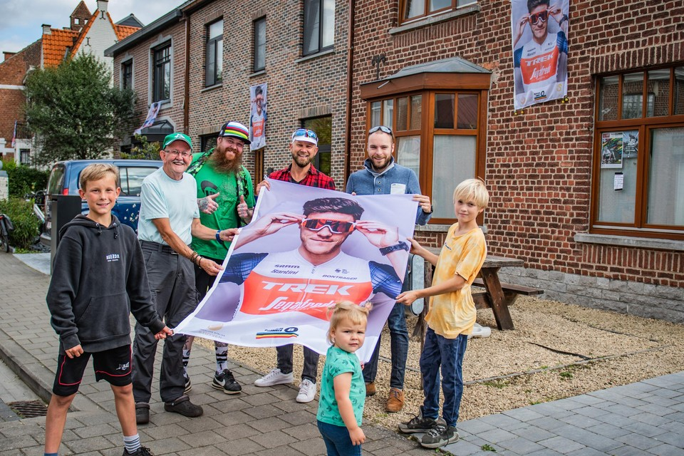 Rune, de Ieren Terry en Paul, Geert, Koen, Adriaan en vooraan Pheline, het petekindje van Jasper Stuyven, vinden het geweldig dat hun hele straat zo in wielersfeer leeft.