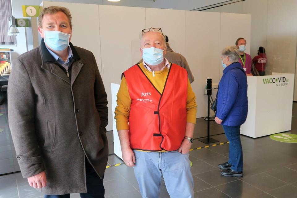 Burgemeester Maarten De Veuster (links) bij het bezoek aan het mobiele vaccinatiecentrum VacCovid on tour, dat in april als eerste Schoten aandeed.