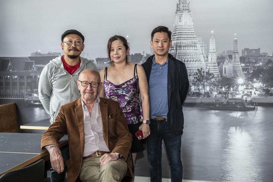 Louis Gryspeerdt, eigenaar van het pand, met de nieuwe uitbaters Lisa Soo en Chew Peng en chef Jakkit.