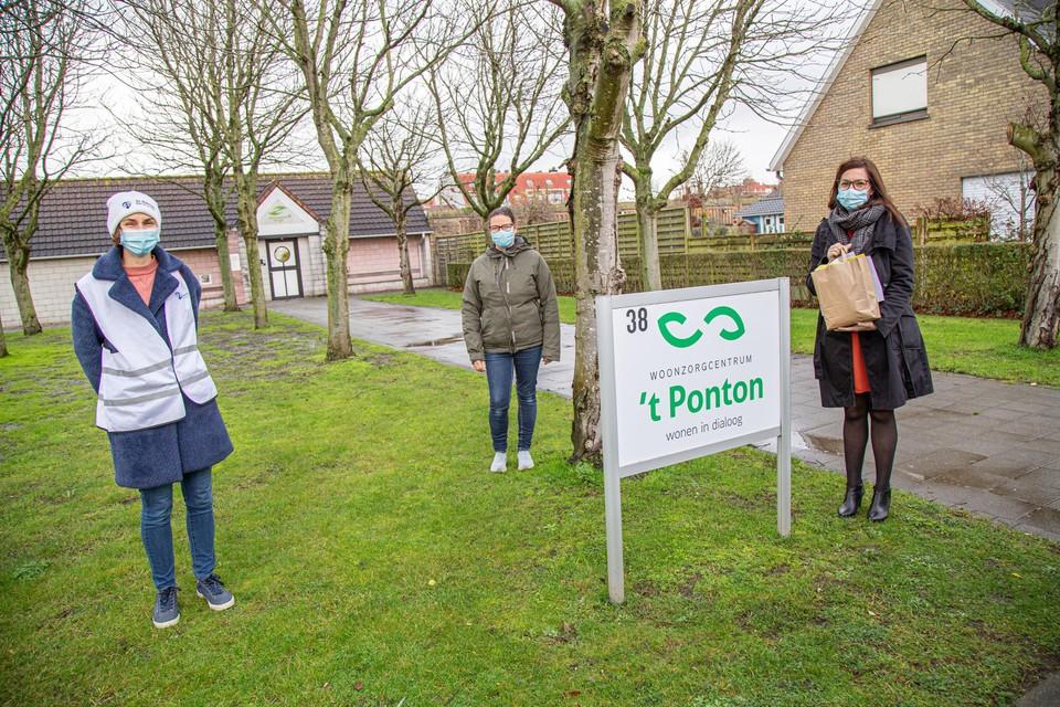 Hanne Bossaer en Isabelle Vande Walle van Az Damiaan overhandigden een deel van de kaartjes aan Connie Depotter van woon-zorgcentrum 't Ponton.