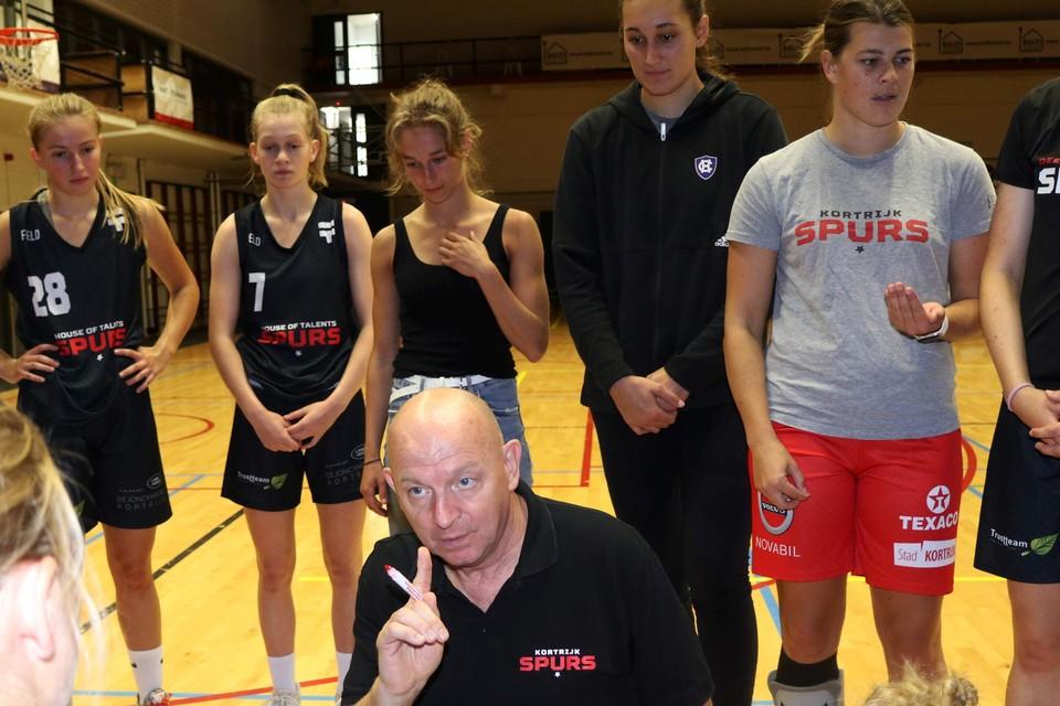 Benny Mertens instrueert zijn meisjes.