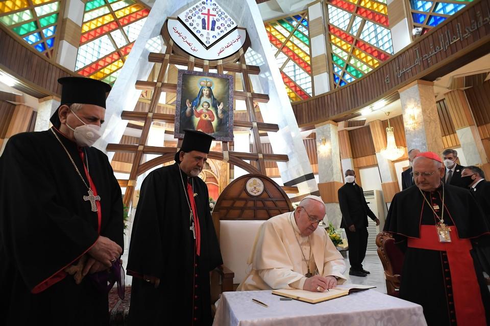 """Paus Franciscus, die preekte in de kathedraal van Onze-Lieve-Vrouw van de Verlossing in Bagdad,  voelde zich wat opgesloten in het Vaticaan: """"Ik ben blij dat ik opnieuw kan reizen."""""""