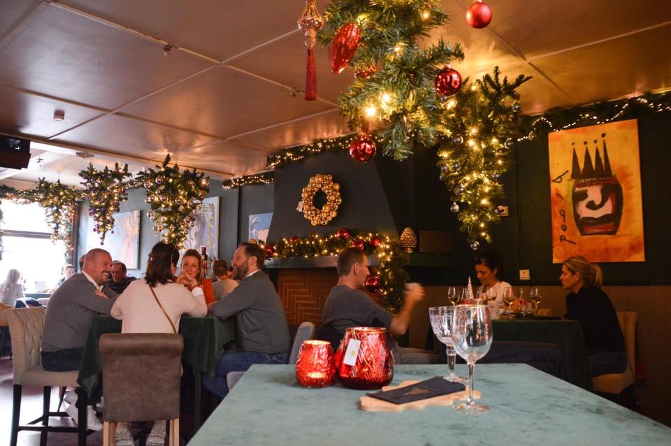 Kerstgezelligheid in Christmas House. Alles wat je ziet is te koop.