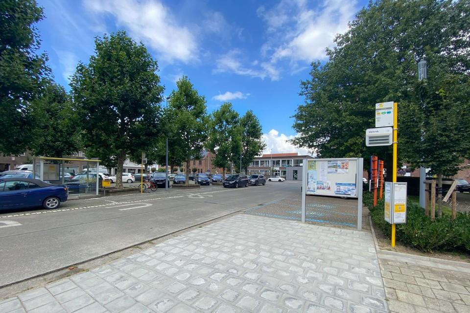 De bushalte in het centrum aan de kerk zou beter verplaatst worden, vindt het gemeentebestuur.