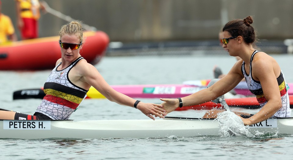 Winnen is winnen, ook al is het in de herkansingen. En dus kan er een vreugdehandje af tussen Hermien Peters en Lize Broekx.