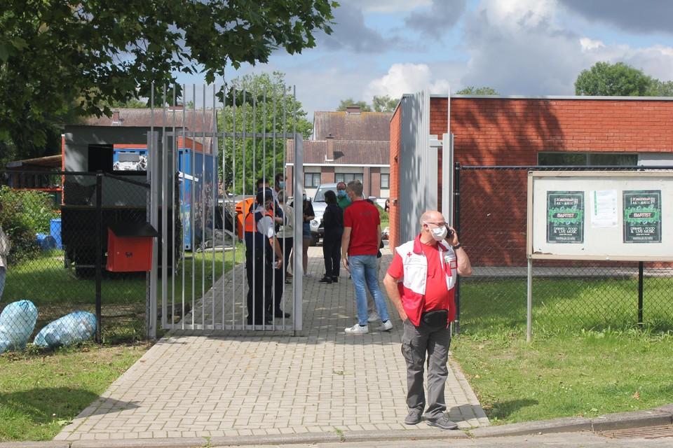Ouders kwamen hun kinderen woensdagvoormiddag ophalen van het scoutskamp in Steendorp. Er was ook iemand van het Rode Kruis aanwezig.