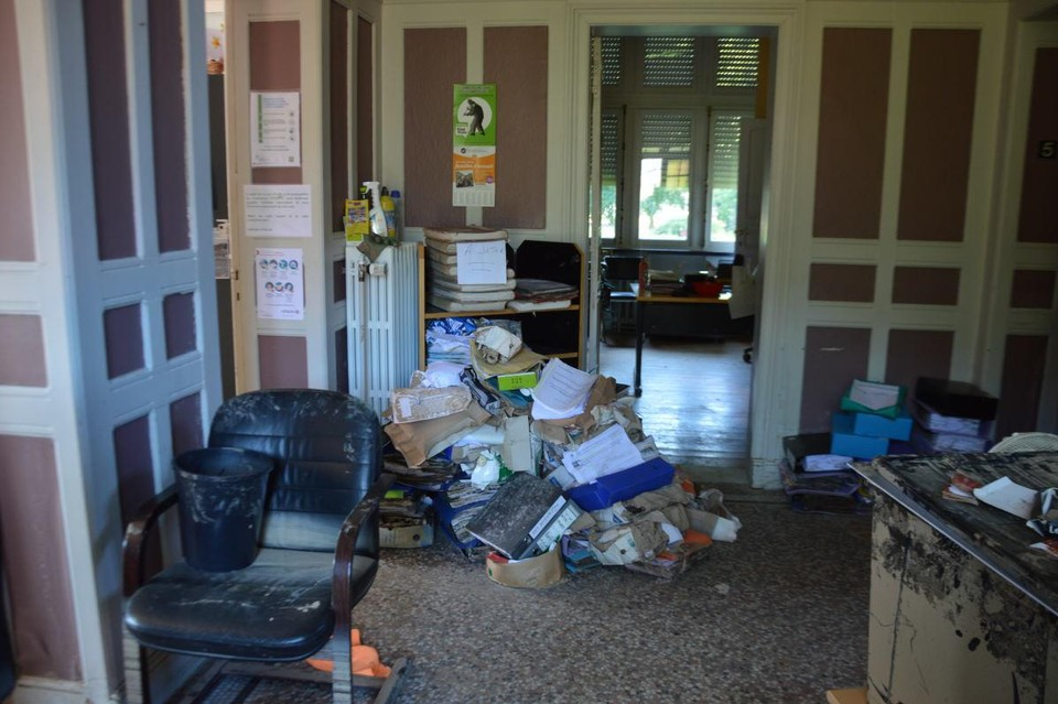 Ook de schade in het gemeentehuis is aanzienlijk.