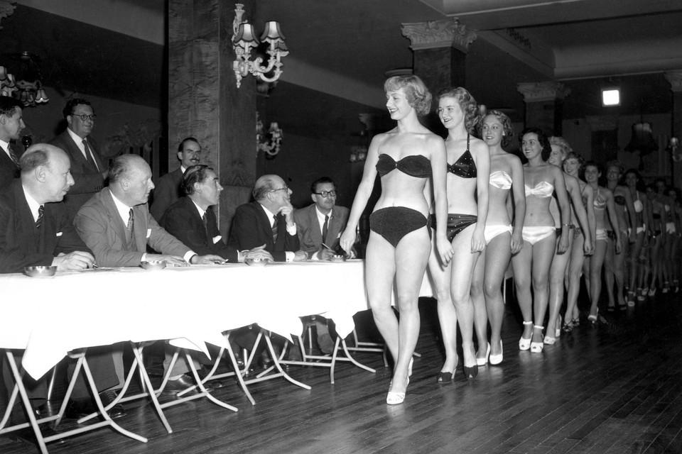 De jury: een groepje mannen in zwart kostuum, elk achter een tafeltje. De puntentelling: 50 procent voor het lichaam, 20 procent voor het gezicht, 20 procent voor de pose en 10 procent op basis van het enthousiasme van het publiek.