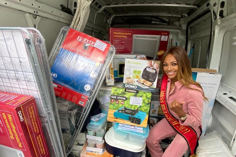 Miss België Kedist Deltour laadt een bestelwagen vol spullen voor de getroffen families in Wallonië.