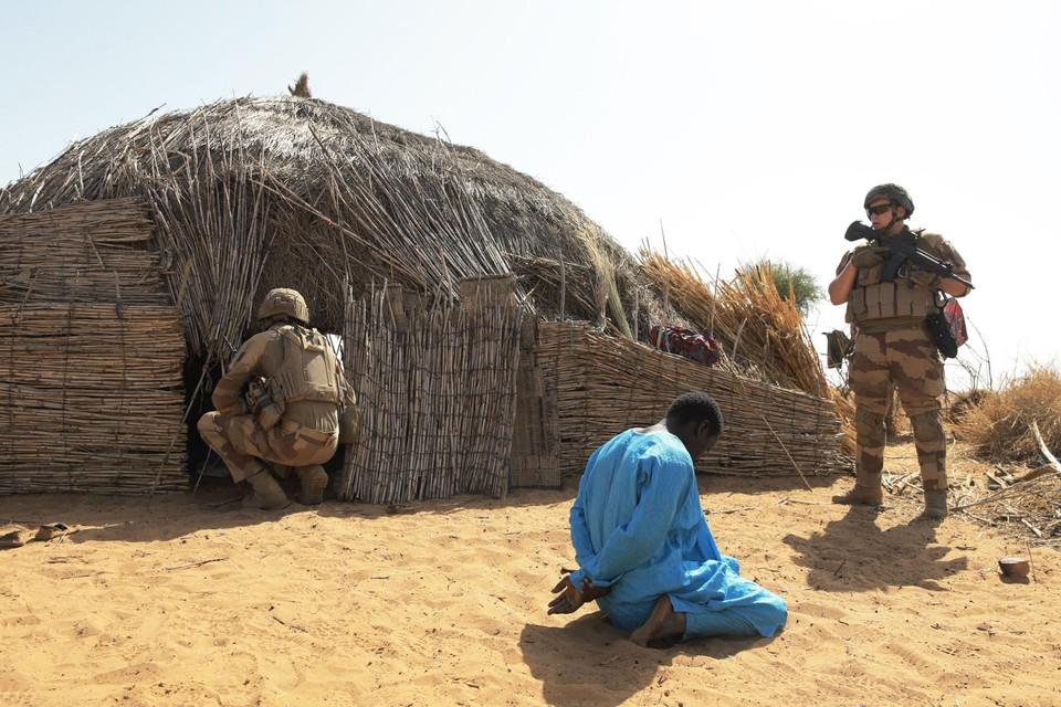 Archiefbeeld: Franse soldaten van operatie Barkhane sporen terroristen op.