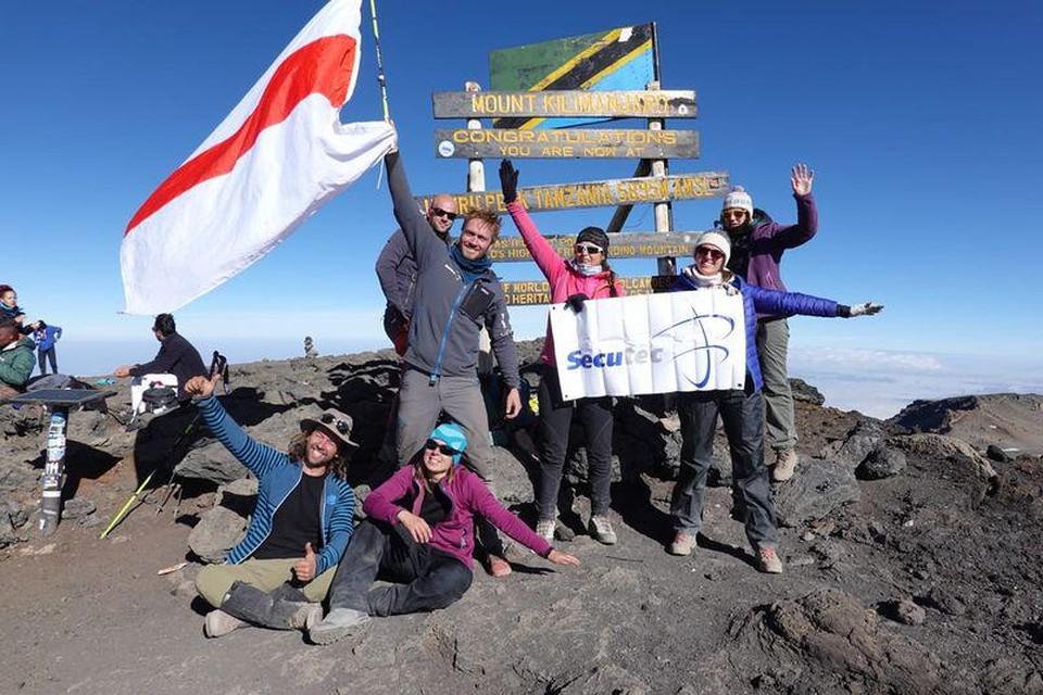 Jelle Veyt hees de vlag van Dendermonde op de top van de Kilimanjaro.