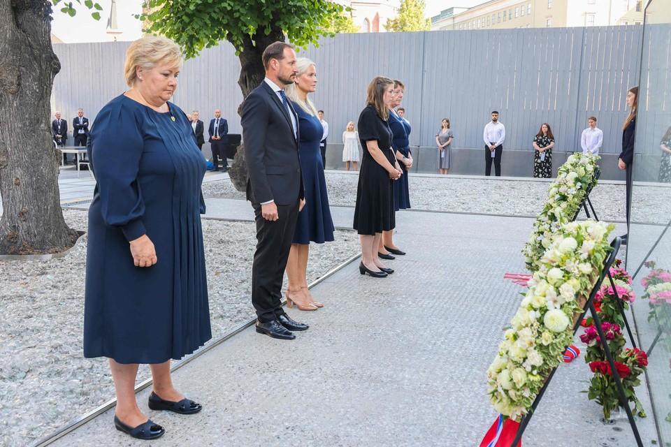 De Noorse premier Erna Solberg (links)
