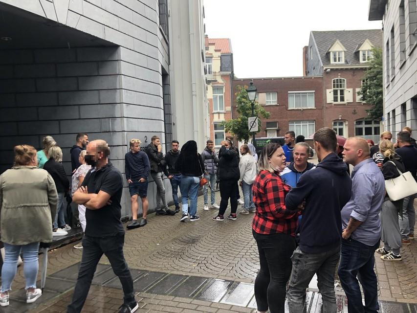 Tientallen vrienden en kennissen van slachtoffer Tibau Verelst kwamen naar de politierechtbank in Turnhout.