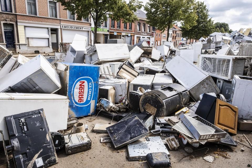 Vaux-sous-Chevremont nabij Luik. Stapels huishoudtoestellen blijven onbruikbaar achter na de passage van de Vesder. Heel wat vrijwilligers trekken op eigen houtje naar de getroffen gebieden en helpen er bij het leegmaken en schoonmaken van huizen.