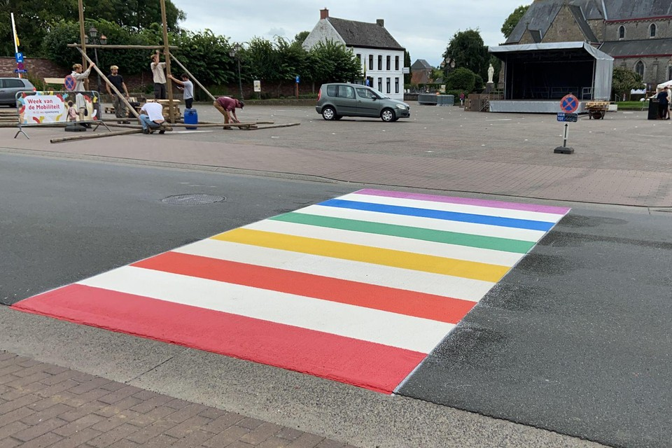 Het eerste regenboogzebrapad op het grondgebied van Oosterzele.