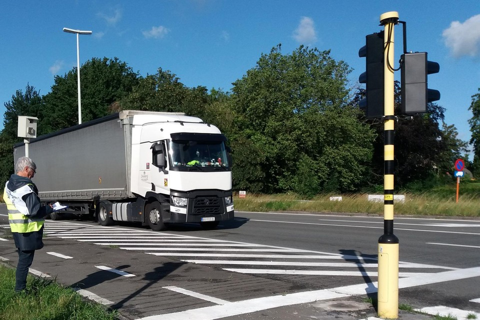 Vrijwilligers van Leefbaar Drongen telden het aantal passerende vrachtwagens.