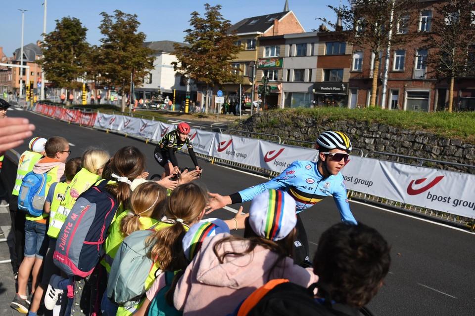 Zelfs tijdens de verkenning van het parcours kunnen de renners al rekenen op veel fans.