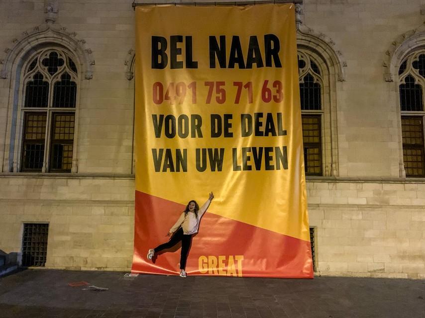 Ook aan het oude stadhuis op de Grote Markt van Kortrijk kon je niet naast de oproep kijken.
