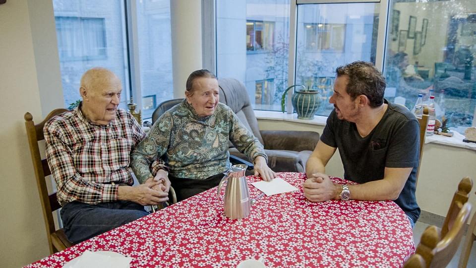Leon komt elke dag bij zijn vrouw Marie-Josee die aan dementie lijdt. Een aangrijpend gesprek.
