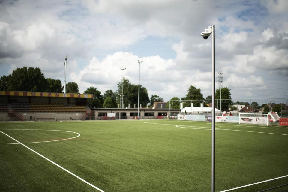 Een slimme camera langs de kant van het amateurveld registreert elke beweging van de voetballer.