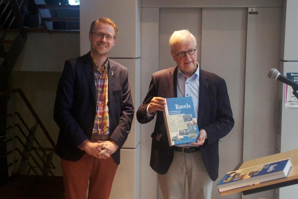Bas Van Haeren van heemkundekring Nicolaus Poppelius overhandigde het eerste exemplaar aan burgemeester Luyten.
