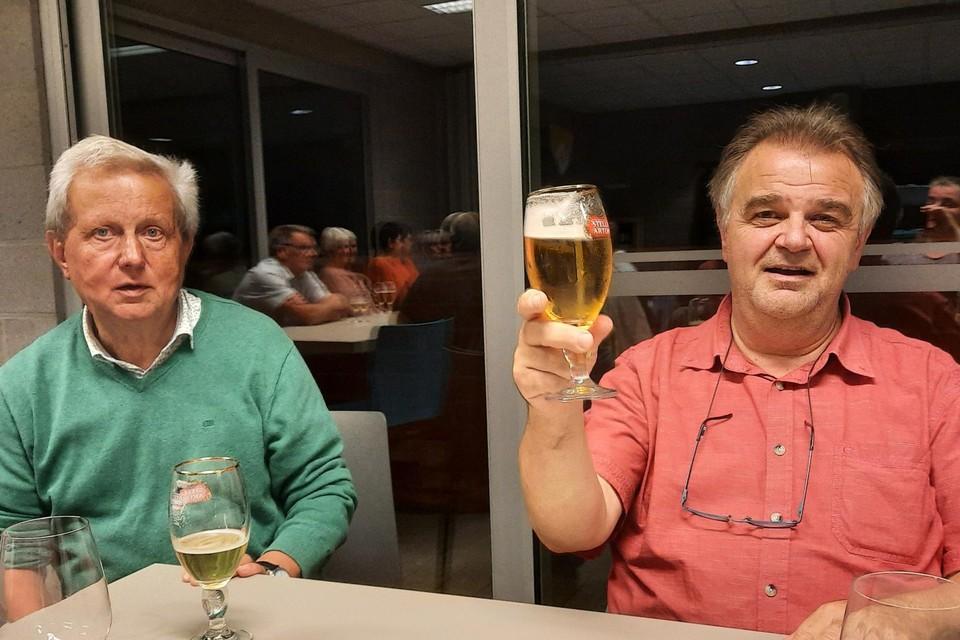 Voorzitter Walter Van Baelen (rechts) toost samen met bestuurslid Jef Peeters op het tachtigjarig bestaan van de KWB in Tielen.