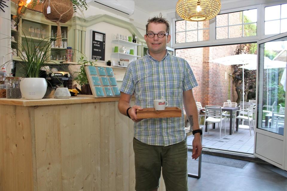 Bart Bruynseels bij de toog in zijn Koffiejungle.