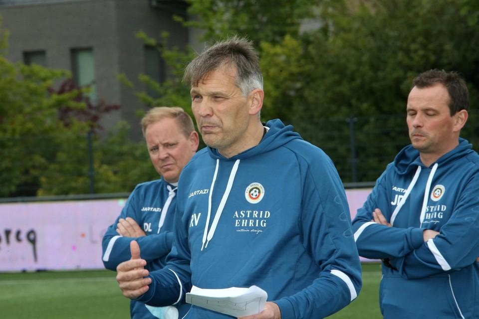 Mandel B-trainer Jurgen Dierick (rechts) luistert naar Rudi Verkempinck, zijn collega van de A-ploeg.