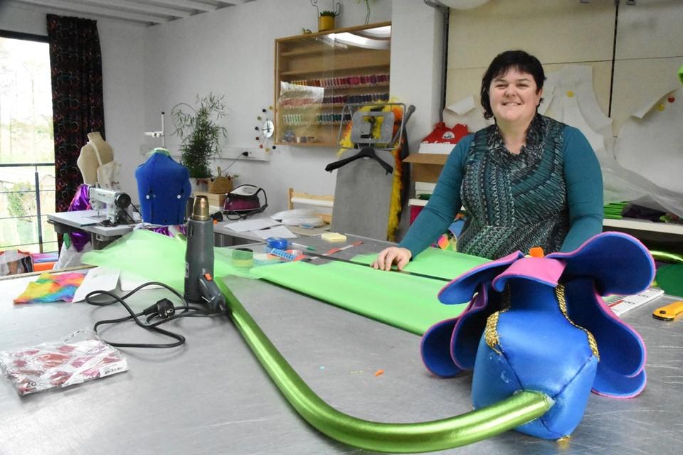 Veerle Vanhasselt ruilde in haar naai-atelier de kleurrijke carnavalsstofjes voor medisch textiel om schorten te stikken. Die zijn bedoeld voor de zorgverleners op de spoedafdeling van het Sint-Mariaziekenhuis.
